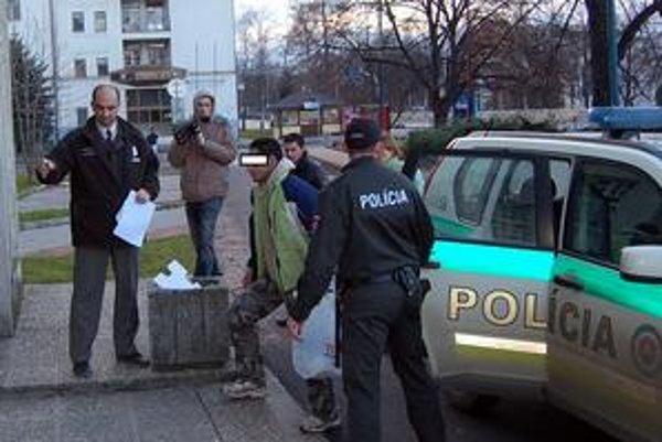 Už sú v chládku. Za pár dní prepadli a okradli sedem žien. Polícia trojicu odhalila a zadržala. Hrozí im niekoľkoročné väzenie.