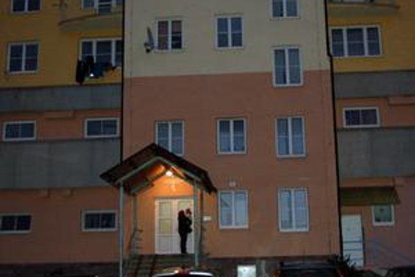 Vchod. V tomto bloku prišla o život mladá Češka.