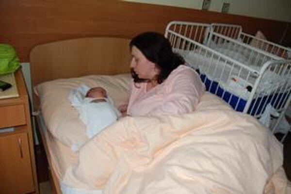 Mamička s dcérkou. Z každého nového maličkého zázraku sa tešia rodičia aj pôrodníci.