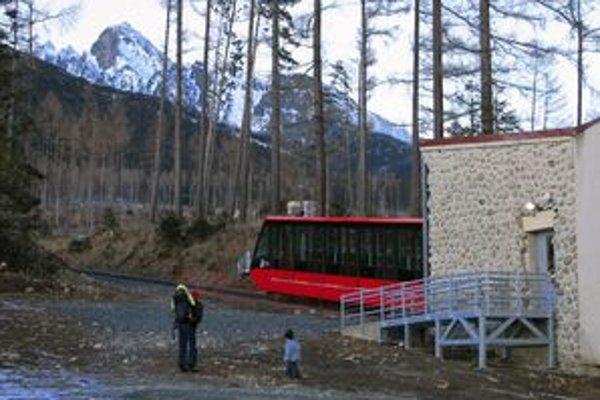 Pozemná lanovka po prestávke opäť vyváža turistov zo Starého Smokovca na Hrebienok.