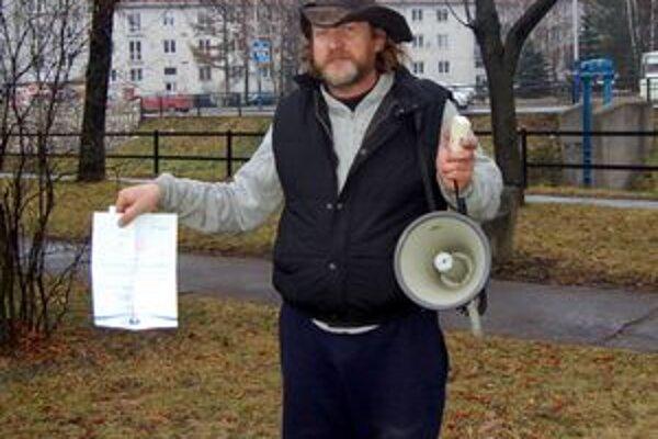 Kruczek megafónom protestoval pred popradskou radnicou proti zamietnutiu povolenia. Kričal o démonoch.