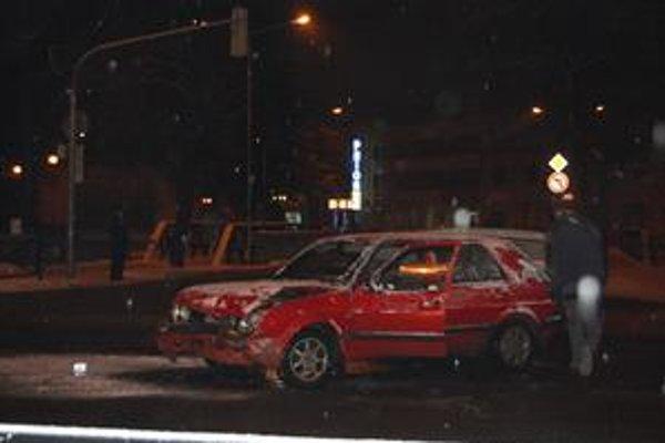Ťuknutie. V centre Popradu sa zrazili dve autá. Výsledkom sú pokrivené plechy.