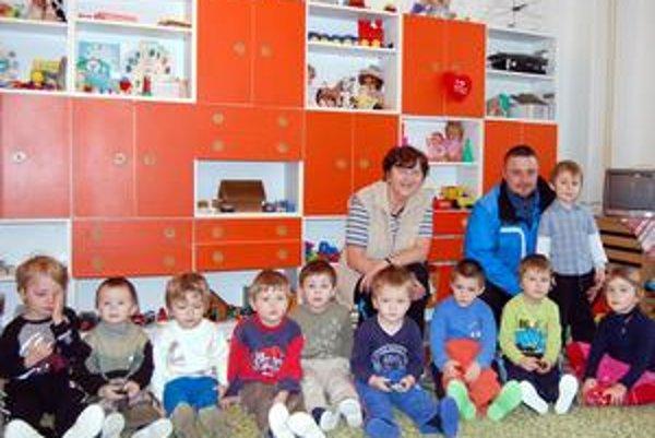 Medzi deťmi. Podľa útočníka Martina Kundisa podporovať šport u detí treba pravidelne.