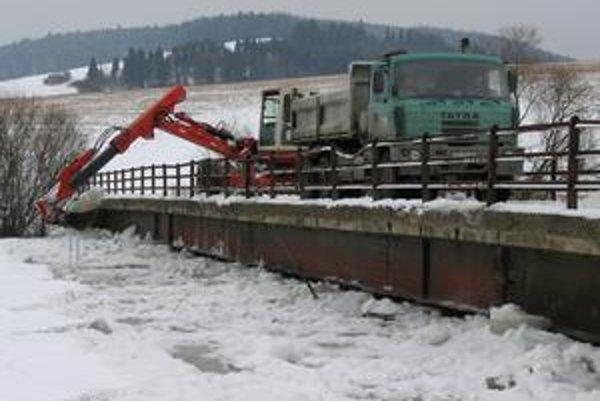 Ohrozený most. Voda a ľady sa už dostali na úroveň spodku mosta. Hrozí jeho poškodenie.