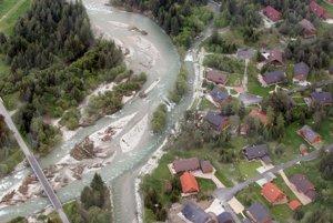 Podtatranská riečka Belá si po dažďoch vytvorila vlastné korytá. Miestni odhadli, že v nej tečie dvakrát viac vody, ako obvykle v tomto období.
