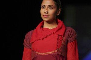 Módna kreácia návrhárky Shruti Sanchetiovej počas týždňa módy Lakmé v indickom Bombaji v pondelok.