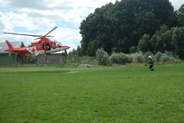 Muža previezli do nemocnice vrtuľníkom.