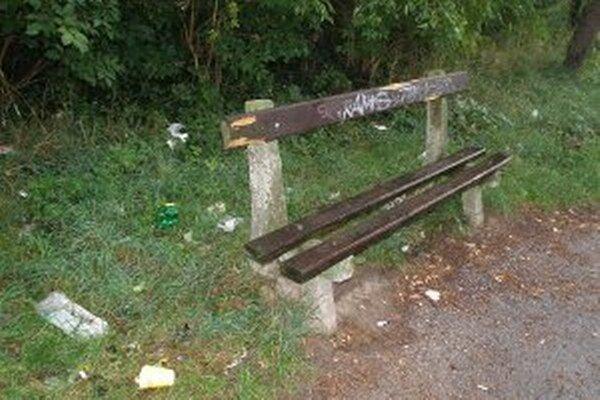 Vandali ničia lavičky a nechávajú za sebou neporiadok.