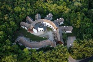 Pod trstenou strechou živej architektúry zasadenej do prírody ponúka Kócsagvár nielen tematické výstavy, ale aj ubytovanie.