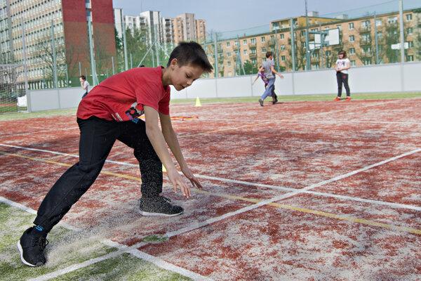 Žiaci školy na Medzilaboreckej dostali na jar už aj nové ihrisko.