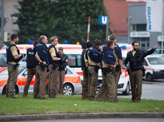 Zdravotníci a policajti pri mníchovskom obchodnom dome Olympia.