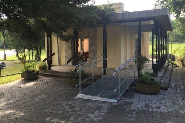 Dom smútku v Hradci s bezbariérovým vstupom.