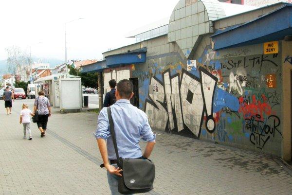 Verejné toalety pred tržnicou sú zatvorené, mesto plánuje ich opravu.