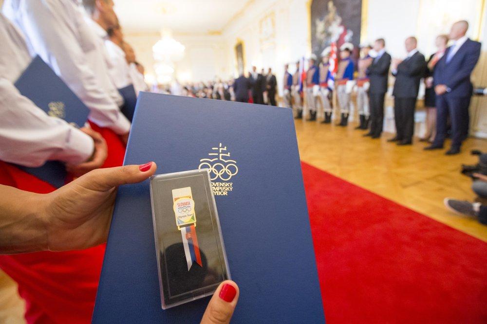 Menovací dekrét a účastnícky odznak.