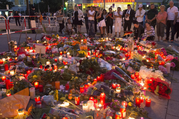 Ľudia na mieste streľby deň po tragédii.