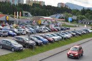 Autá sa z platených parkovísk v centre presunuli na neplatené parkoviská pred obchodnými reťazcami.