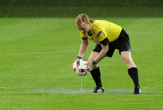 Pondelňajší zápas na ME futbalistiek do 19 rokov medzi Slovenskom a Nórskom ukončila hlavná rozhodkyňa Linn Anderssonová zo Švédska (na snímke) už v 49. minúte za bezgólového stavu