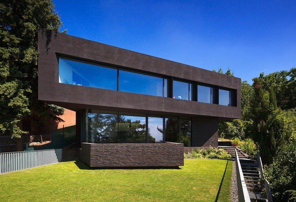 Najťažším zadaním architekta vraj je postaviť vlastný dom. Vtom, ktorý si vnáročnom teréne postavil Iľja Skoček, sa podľa jeho slov býva až prekvapujúco dobre. Osemdesiat schodov rodinu stroma deťmi udržiava vkondičke. Dom na Mišíkovej vlani medzinárodná porota ocenila cenou CE-ZA-AR.