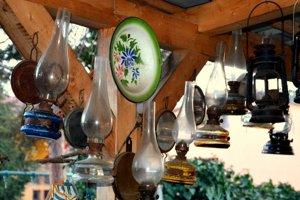 Časť zbierky tvoria staré petrolejové lampy.
