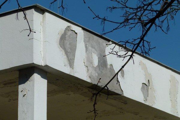Popraskané steny, opadaná omietka. Pod pavilónom musia spraviť geologický prieskum.