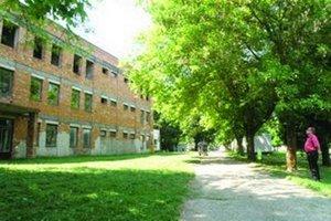 V areáli hronovskej psychiatrickej nemocnice stojí táto rozostavaná budova. V nej malo byť zriadené detenčné centrum pre celé Slovensko.