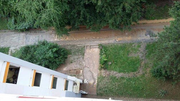 Pohľad z výšky na vodu a blato, ktoré sa dostali aj do vchodov na Moskovskej ulici.