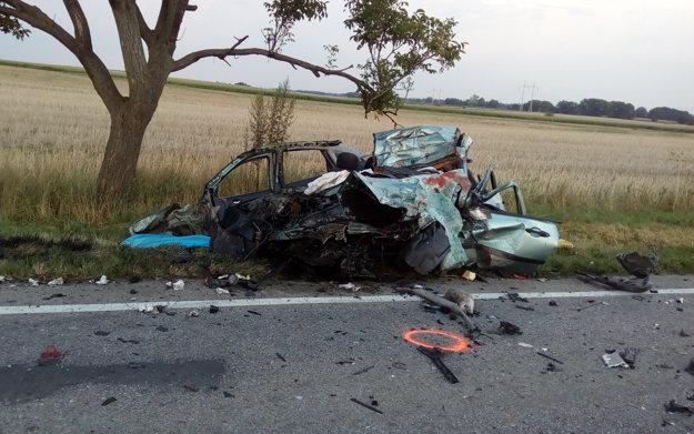 Osobné auto bolo po zrážke totálne zdemolované.