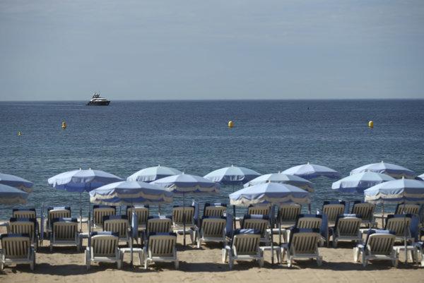 Ležadlá so slnečníkmi na pláži v Cannes.