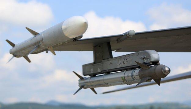 Rkety AIM 120 Amraam a AIM 9 Sidewinder na závesníkoch amerického bojového lietadla A-10C Thunderbolt.