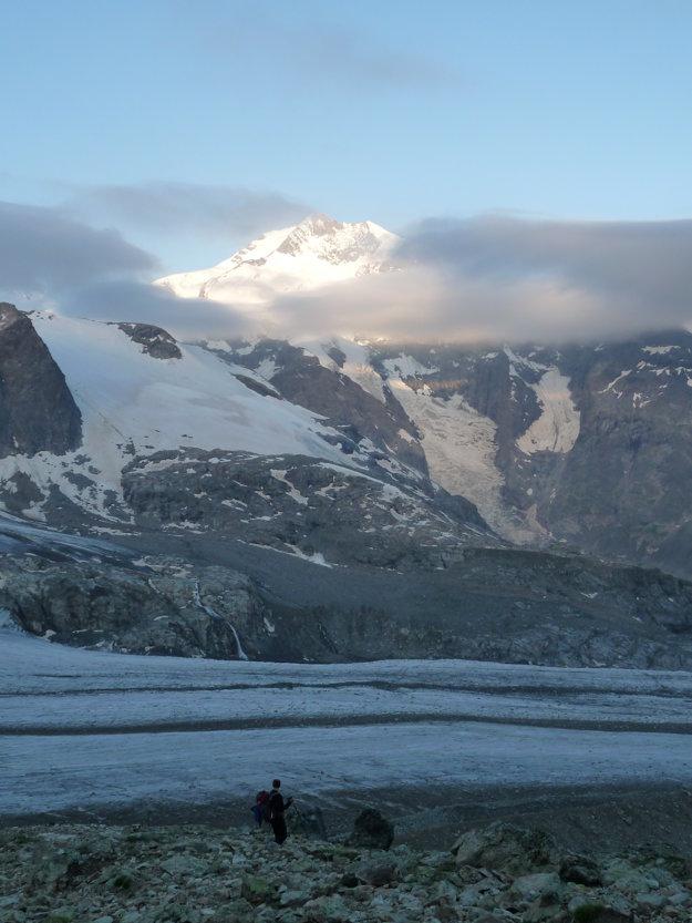 Najskôr musíte zliezť po suti niekoľko stoviek výškových metrov dole na ľadovec. Cesta je ako tak viditeľná, keď však vstúpite na ľadovec, musíte sa spoliehať na to, že natrafíte na stopy. My sme nenatrafili.