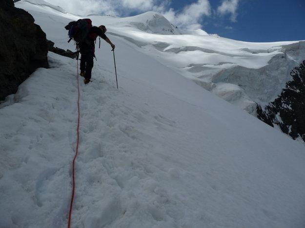 Po zdolaní skaly sa dostávame znova na ľadovec. Sklon je podstatne hustejší. Naväzujeme sa na desaťmetrové lano.