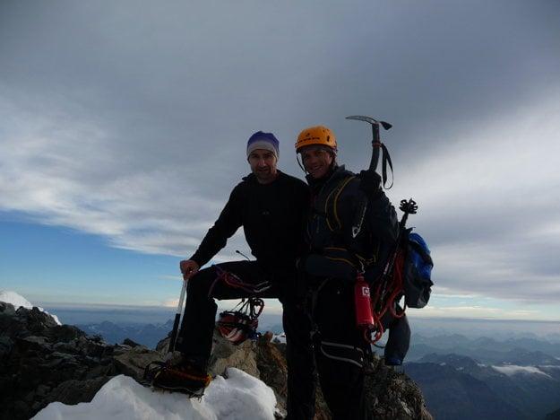 Sme hore. Absolvujeme tradičnú vrcholovku a koncentrujeme sa na cestu späť. Ako povedal známy horolezec z USA Ed Viesturs: Vrchol je možnosť, návrat dole je povinnosť. A návrat dole je vždy ťažší. Takže žiadna párty na vrchole, radosť určite áno. Zdržíme sa asi 20   minút. S mladým Švajčiarom sme hore jediní. A aj na celom hrebeni, čo bolo super. Neviem si tam predstaviť zápchu.