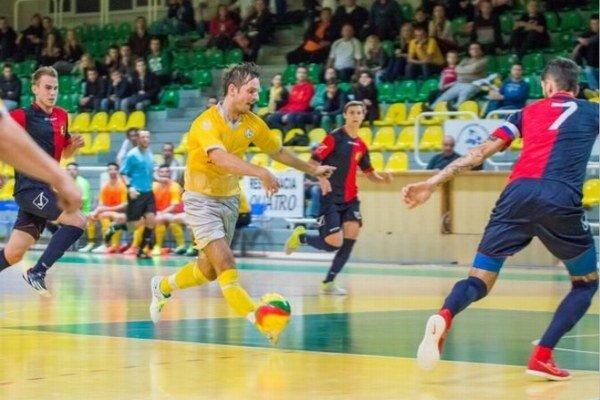 Trojica Novozámčanov Vašek, Gál a Oršolík (7) sa snaží ubránik prenikajúceho hráča domácich Levíc.