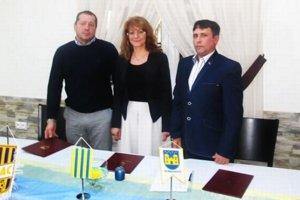 Zľava prezident FC DAC T. Végh, primátorka Hurbanova I. Basternáková a prezident MŠK Hurbanovo Z. Ondrušek.