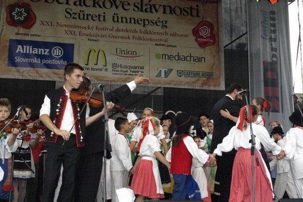 Záver folklórneho festivalu počas oberačkových slávností.