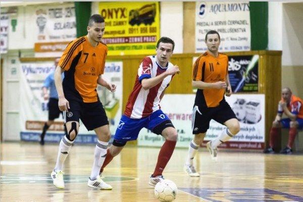 Hráč MFK TW Martin Letko (pri lopte) bol autorom prvého gólu svojho mužstva proti favoritovi.