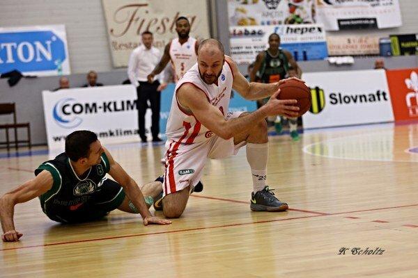 Súboj Komárňana Jana Kratochvíla (pri lopte) s hráčom Prievidze.