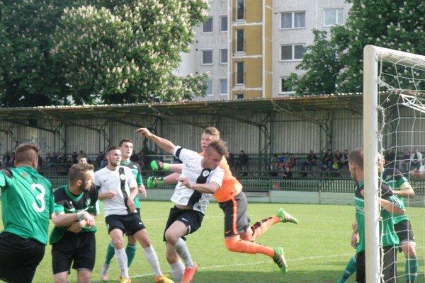 Lopta z hlavy Jakubjaka v bráne FKM. Galanta viedla v Nových Zámkoch týmto gólom 1:0