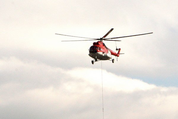 Pomoc leteckých záchranárov potreboval vodič, ktorý po náraze do stromu utrpel poranenie hlavy, hrudníka a zlomeninu ľavého stehna.
