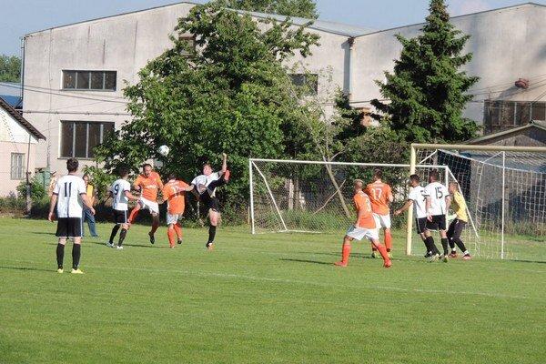 Ani z tejto dramatickej situácie pred bránou Šurian gól nepadol.Zo zápasu Kolárovo - Šurany 0:2.