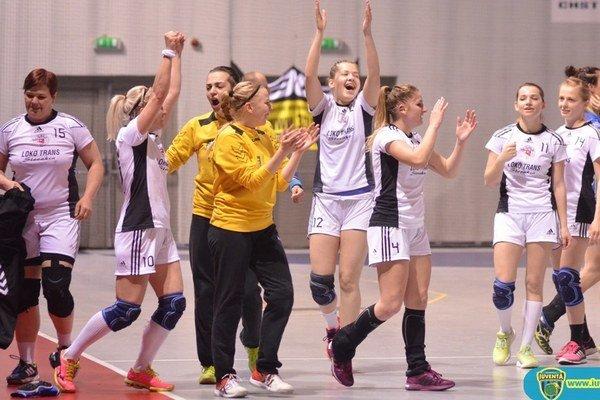 Radosť hráčok HKM Šurany po poslednom zápase v Michalovciach