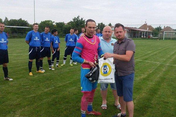Gratulácie prijíma hráč mesiaca máj Štefan Sivaninec.