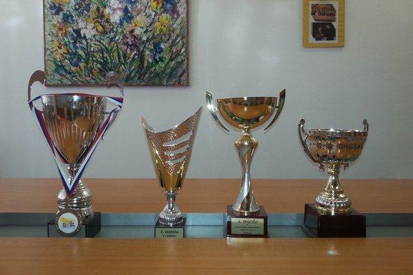 Trofeje úspešných gymnazistov.