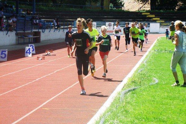 V popredí Marek Valok, víťaz behu chlapcov 7. ročníka na 1000 metrov.