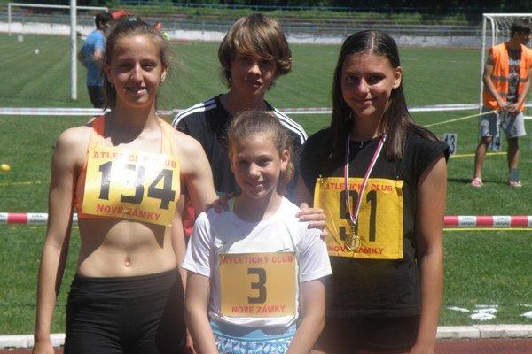 Štvorica mladých pretekárov AC Nové Zámky Farkas, Valo, Kusyová a Tomanová (3), ktorá úspešne reprezentovala v Poľsku.