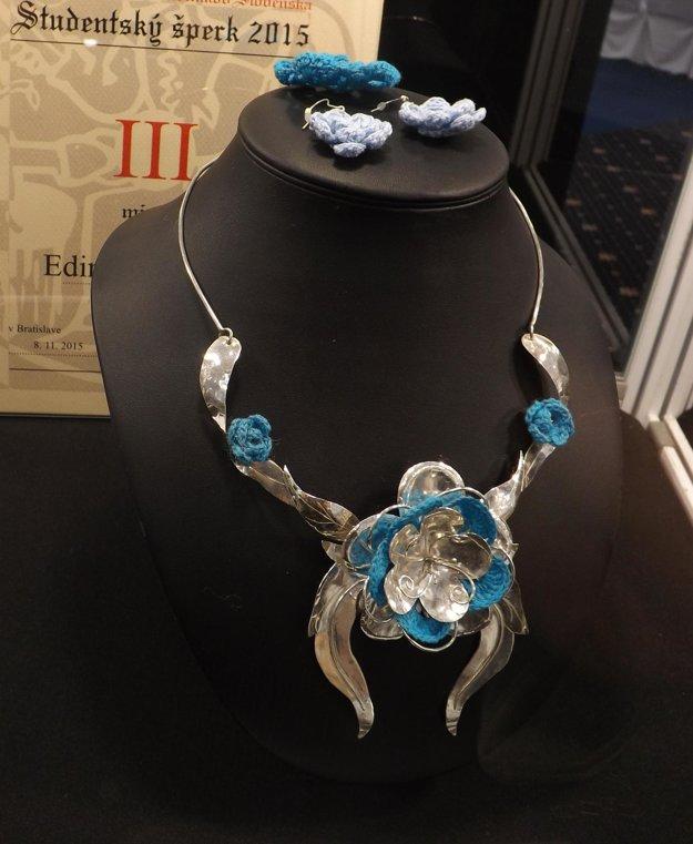 Tretie miesto získal šperk Ediny Kováčovej s čipkovanými kvetmi.