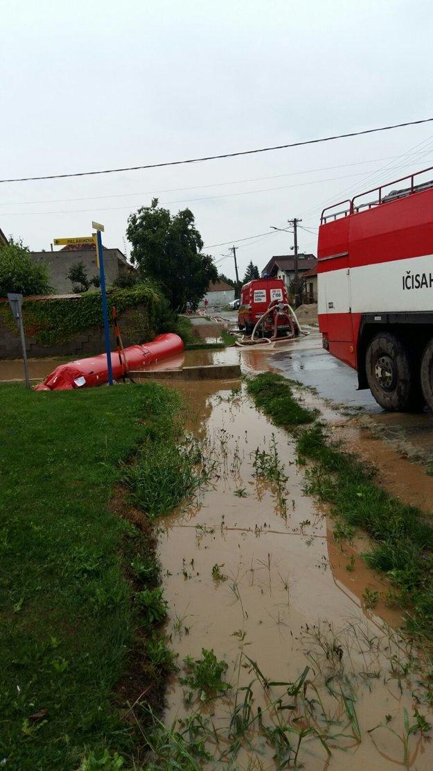 Voda  zaliala  polovicu ulice.