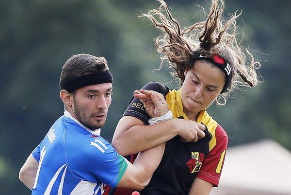 Svetový pohár 2016. Frankfurt, Nemecko. Boj o loptu medzi talianskym hráčom a belgickou hráčkou.