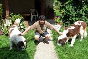 Pavol Kondek s bernadrdínmi, ktoré si školáci veľmi obľúbili.
