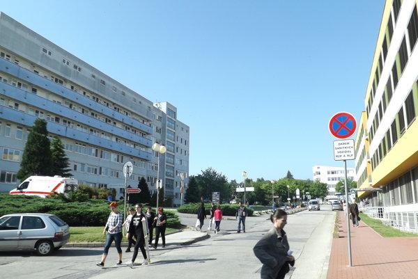 Heliport bude na streche chirurgického pavilónu (budova vľavo).